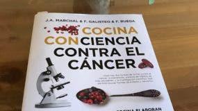 """En la portada se destaca que """"los grandes maestros de la cocina elaboran sus mejores recetas con alimentos de eficacia demostrada contra el cáncer""""."""