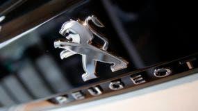 Fotografía de archivo del 23 de febrero de 2017 del logo del fabricante francés de automóviles Peugeot durante una presentación de los resultados de la compañía de 2016. (AP Foto/Christophe Ena, Archivo)