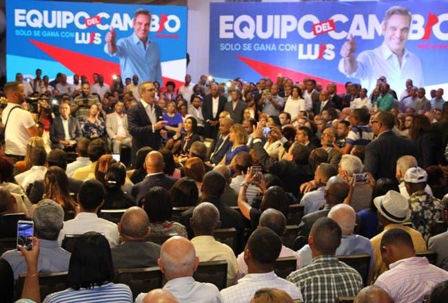"""Luis Abinader durante la presentación de su """"equipo de cambio""""."""