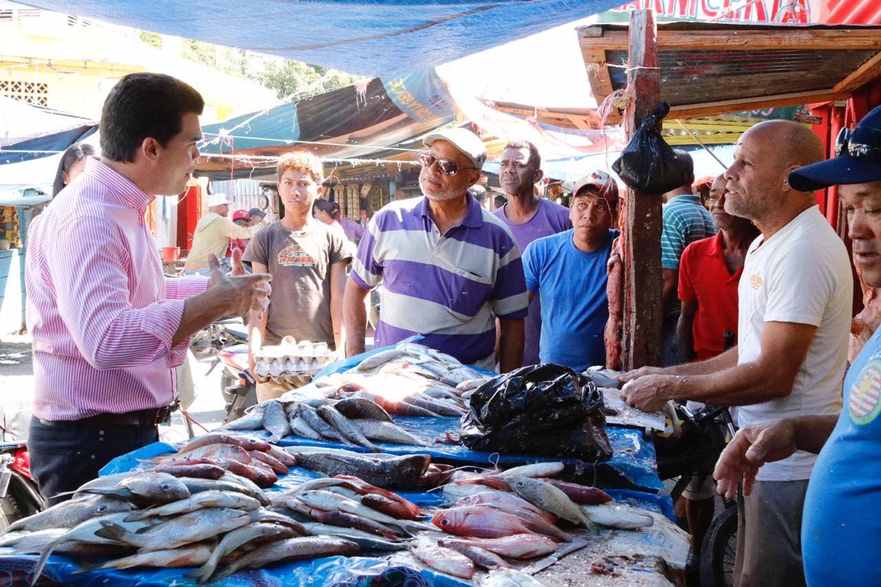 Wellington Arnaud en el Mercado Municipal de Azua.