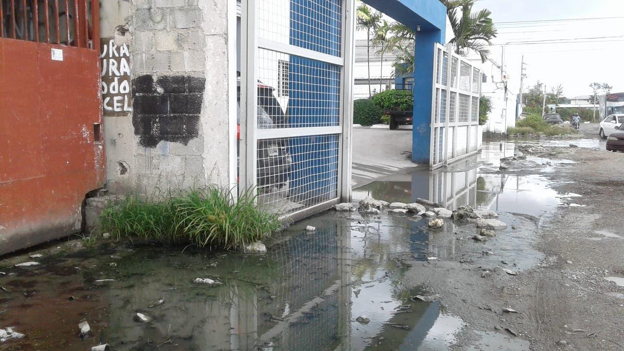 El deterioroo de la vía se debe en parte a la falta de drenaje pluvial.