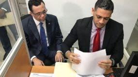 Andrés Navarro acudió a la Cámara de Cuentas a solicitar una auditoria a su gestión frente a Educación y Cancillería. Foto: Degnis De León.
