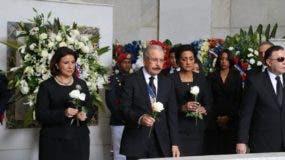 el Presidente, la Vicepresidenta y la Primera Dama colocan tres flores blancas en el mausoleo.