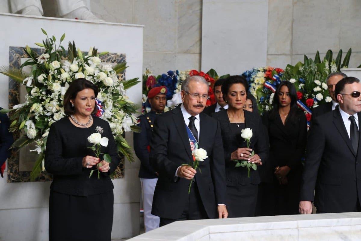 19. El presidente Danilo Medina, la vicepresidenta Margarita Cedeño  y la primera dama Cándida Montilla  colocan tres flores blancas en el mausoleo de los Padres de la Patria.