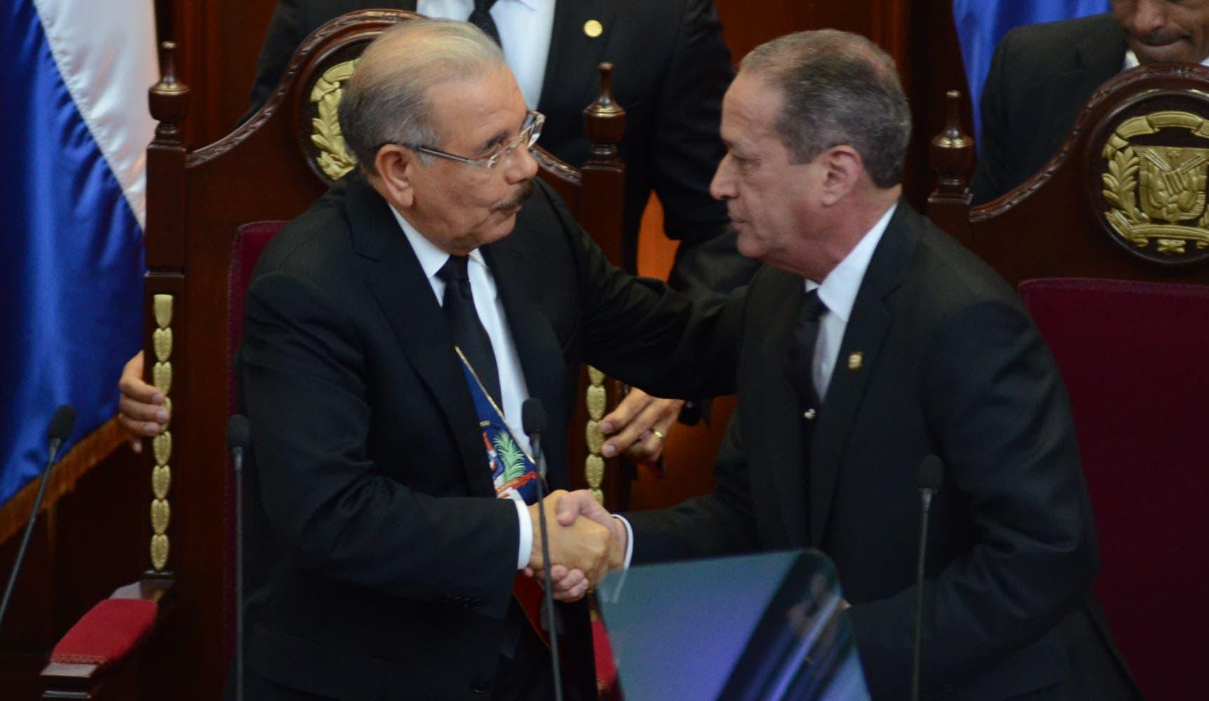 10. El presidente Danilo Medina y el presidente del Senado se dan la mano luego de que ste último pronunciara su discurso. Foto:  José de León