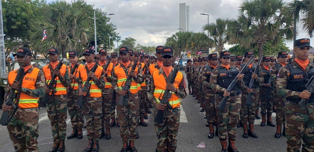 24. El desfile militar fue realizado en el Malecón