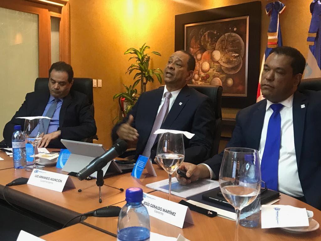 Jesús Geraldo Martínez y Luis Armando Asunción ofrecieron la información en un encuentro con editores económicos. Foto: Senabris Silvestre.