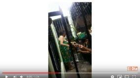 Momento en que la señora Reina Pérez Morena, de 60 años, vende droga a sus clientes. Foto tomada del  vídeo.