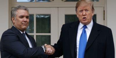 Donald Trump estrecha la mano del presidente colombiano Iván Duque.