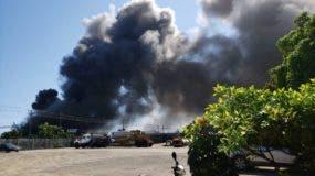 El incendio en la destilería Brugal se podía ver a varios kilómetros de distancia.