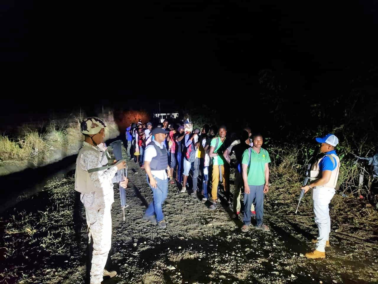 Haitianos indocumentados detenidos por miembros del CESFRONT en Dajabón.