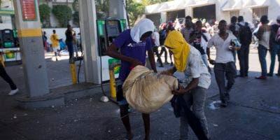 El transporte público reanudó sus servicios en Puerto Príncipe, la capital, donde los residentes formaban colas para comprar alimentos, agua y gasolina.