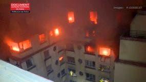 En esta imagen tomada del video publicado por el Departamento de Bomberos de París, se produce un incendio en los pisos superiores de un edificio de apartamentos.AP