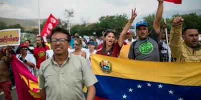 """Los partidarios del gobierno llegan para el primer día del festival de música de tres días """"Hands off Venezuela"""" en el Puente Internacional Tienditas, en Venezuela, en la frontera con Colombia. Foto: AP"""