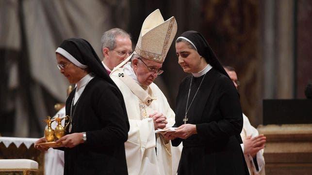 """Lucetta Scaraffia, observa que durante siglos las mujeres en la Iglesia han sido presentadas como """"peligrosas y seductoras"""", lo que ha significado un impedimento para que la jerarquía católica reconozca que pueden ser víctimas de insinuaciones sexuales indeseadas por parte de los sacerdotes."""