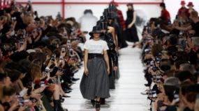 Las modelos vistieron faldas con vuelo y las chaquetas de cuero en estampados típicamente ingleses. (Foto: EFE)
