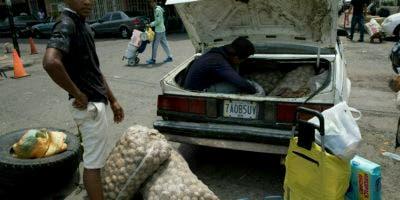 Un hombre carga su automóvil con papas compradas en Colombia, en San Antonio del Táchira, Venezuela, en la frontera con Colombia, el jueves 21 de febrero de 2019. (AP Foto / Rodrigo Abd)