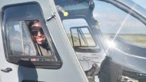 La piloto Leidy Jhirianny Tapia Díaz tras aterrizar el helicóptero OH-58A.