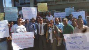 Manuel María Mercedes, presidente de la CNDH, junto a dirigentes del Sichoprola, frente a la sede de la Procuraduría General.