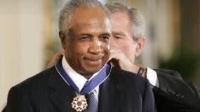 En esta foto de archivo del 9 de noviembre de 2005, el presidente Bush otorga a la leyenda del béisbol Frank Robinson el Premio a la Medalla Presidencial de la Libertad en la Sala Este de la Casa Blanca en Washington.