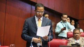 El Senador Julio César Valentin mientras rinde informe favorable al proyecto de Ley Orgánica del Régimen Electoral.