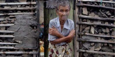 Una mujer en Beira espera tiritando a que lleguen los equipos de rescate, con dificultades para acceder a las zonas afectadas.