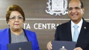 Alejandrina Germán y Castaños Guzmán en la firma.