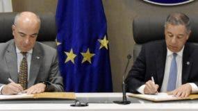 El embajador Gianluca Grippa y Donald Guerrero firman acuerdo.  Fuente externa