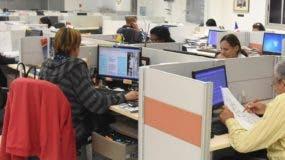 Parte del staff de periodistas de EL DÍA en plena labor ayer,  cuando se cumplía el aniversario 17 de su fundación.  Nicolás Monegro