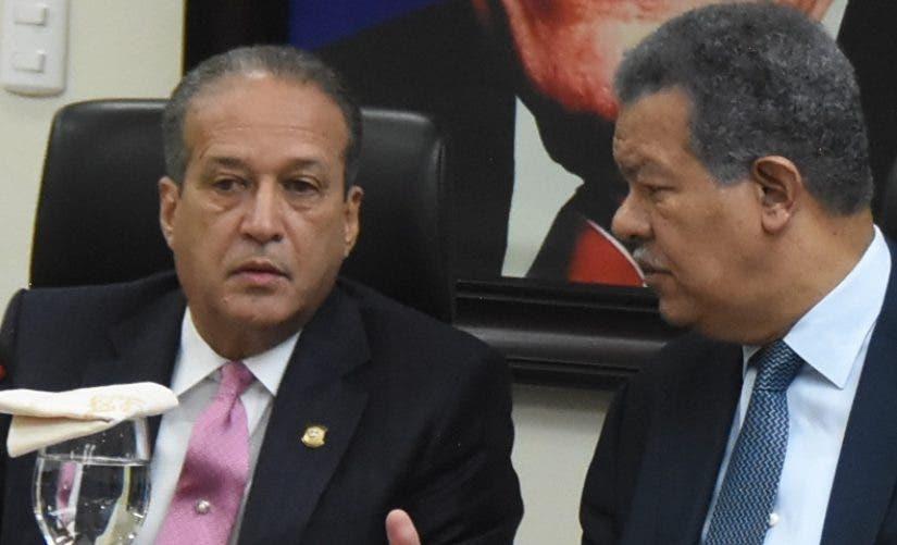 Reinaldo Pared Pérez y Leonel Fernández mientras conversan.
