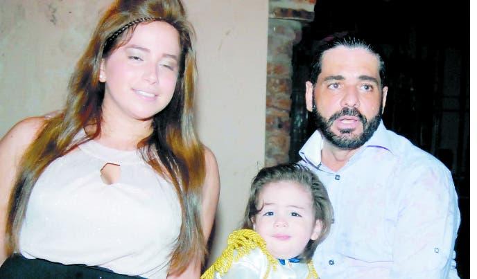 Liam Compiano Véliz  junto a sus padres  Indira Gabriela Véliz y Elvis Samuel Compiano.