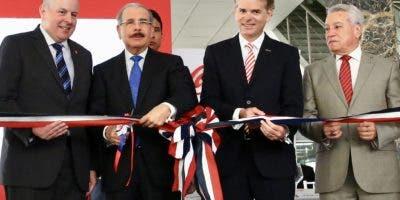 Danilo Medina junto a accionistas de Bepensa.  JOSÉ DE LEÓN