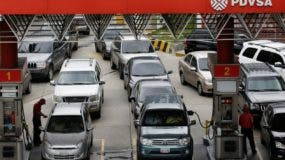 Las gasolineras del país limitan los servicios a los clientes que buscan el combustible.
