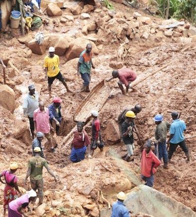 Rescatistas buscan sobrevivientes del huracán.