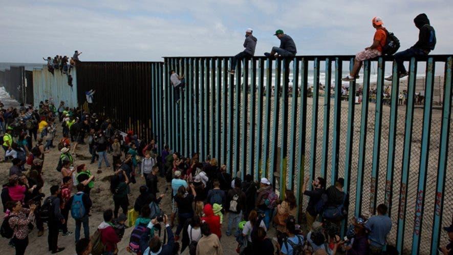 El presidente Donald Trump inició una batalla para conseguir los fondos para construir el muro fronterizo con México.