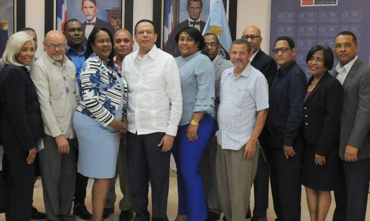 Antonio Peña Mirabal reunido con maestros. Nicolás Monegro
