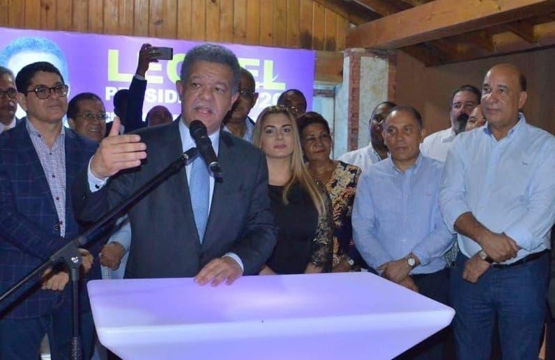 Leonel Fernández y sus seguidores de movilizan por el país.