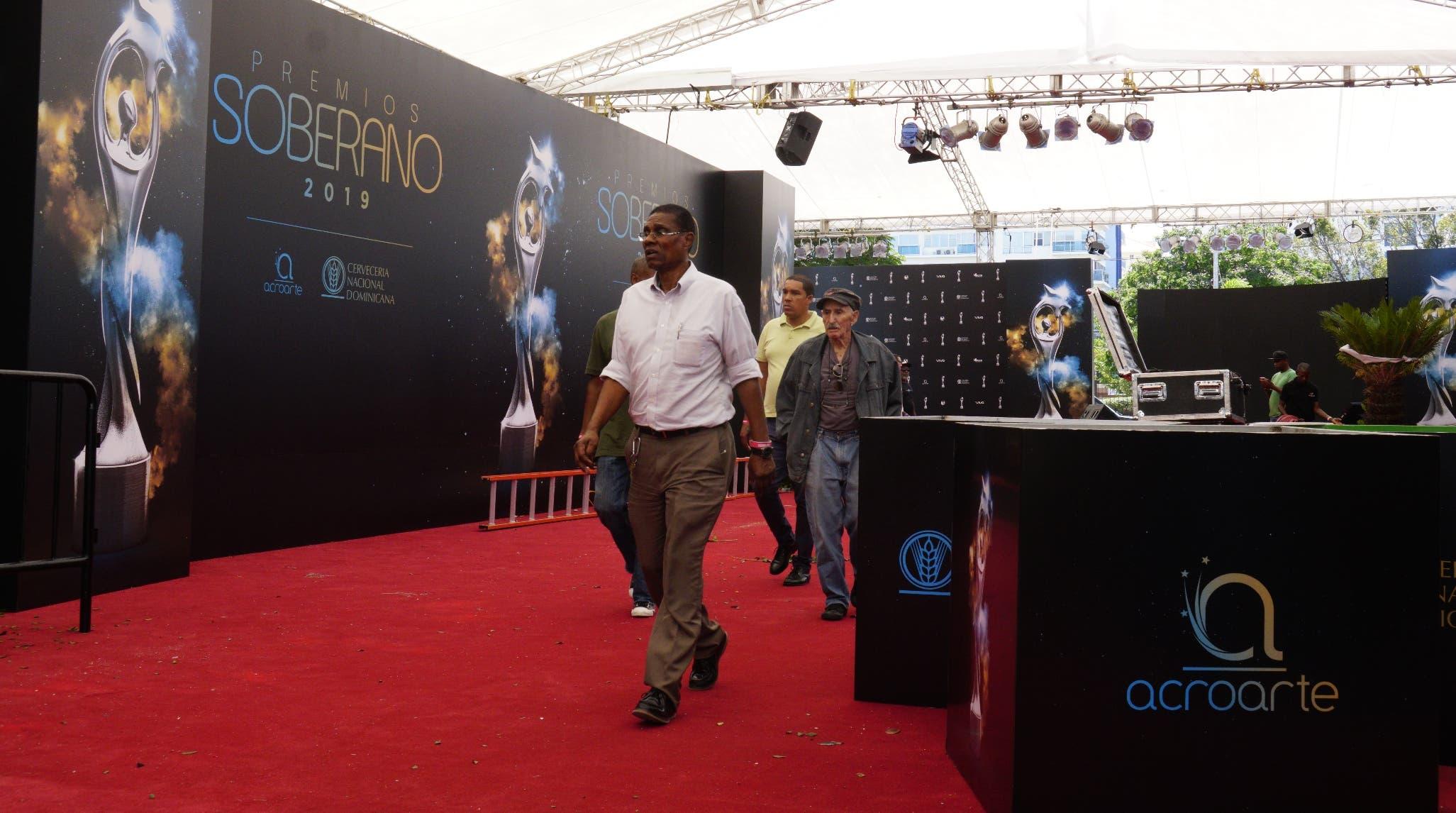 El escenario de la alfombra roja está listo para que desfilen las estrella esta noche  al celebrarse  los Premios Soberano.  AGENCIA FOTO