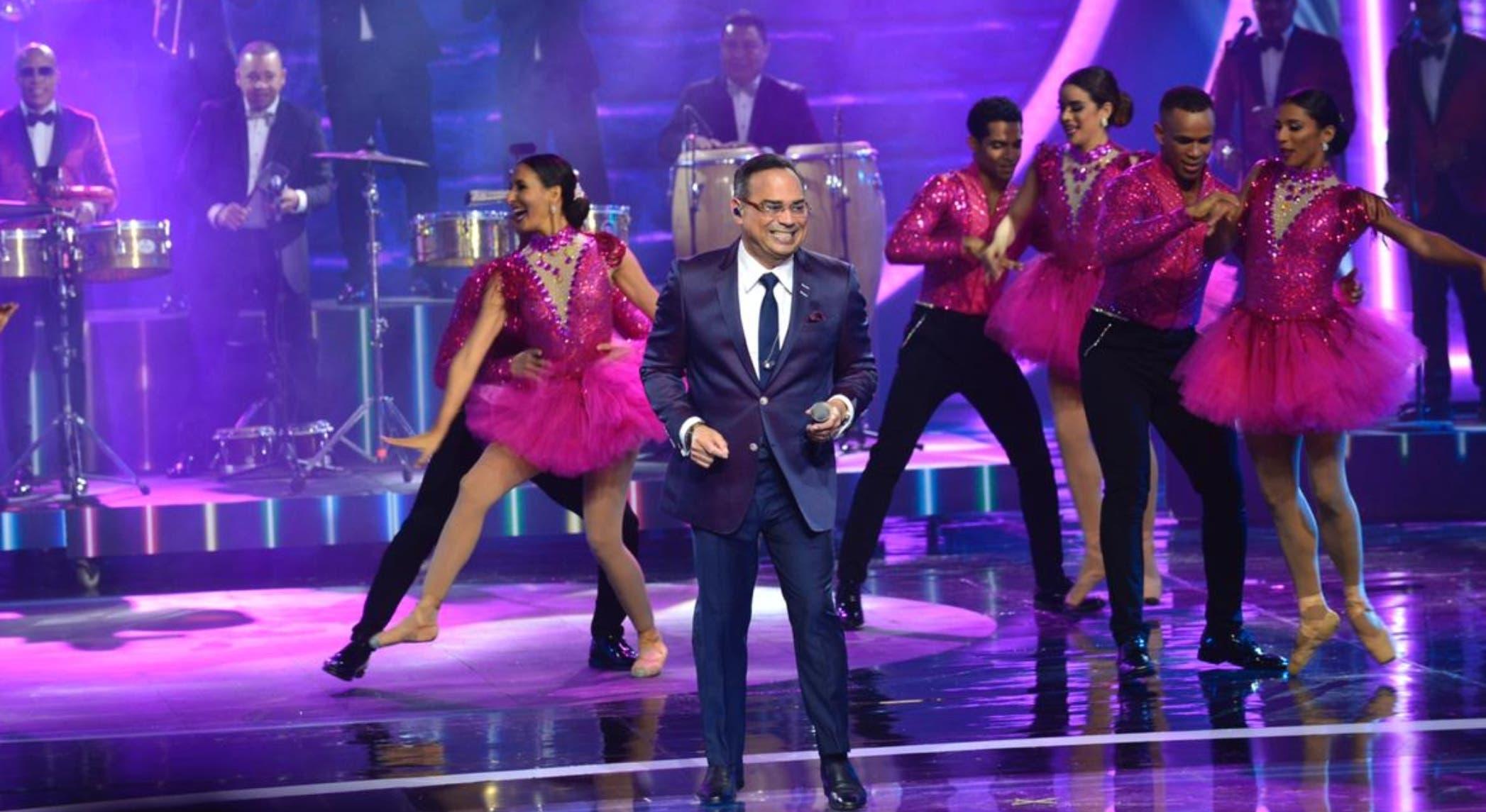 Gilberto Santa Rosa fue de los primeros artistas en actuar anoche  en los   premios Soberano celebrados en el Teatro Nacional.  Alberto Calvo.
