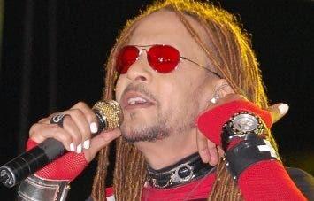 Toño Rosario cantó apoyado por gran escenografía.