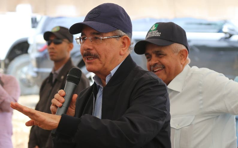 Danilo Medina durante la visita en Villa González.
