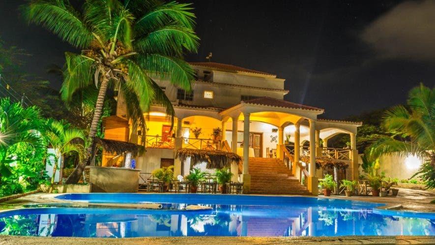 Una vista del  hotel ubicado en la playa   Saladilla,   instalaciones que invitan a disfrutar de una atmósfera tranquila.