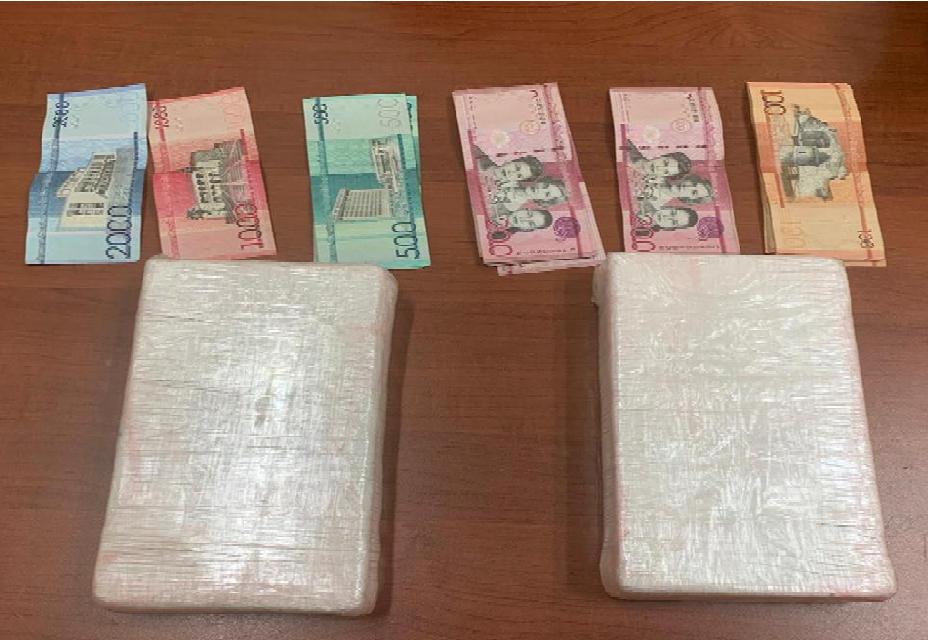 La cocaína incautada estaba dividida en dos paquetes envueltos en citas adhesivas, uno con un peso de mil 025 gramos, y otro pesando mil 1,050.gramos y dos mil 075 gramos respectivamente, para un total de 4 mil 150 gramos.