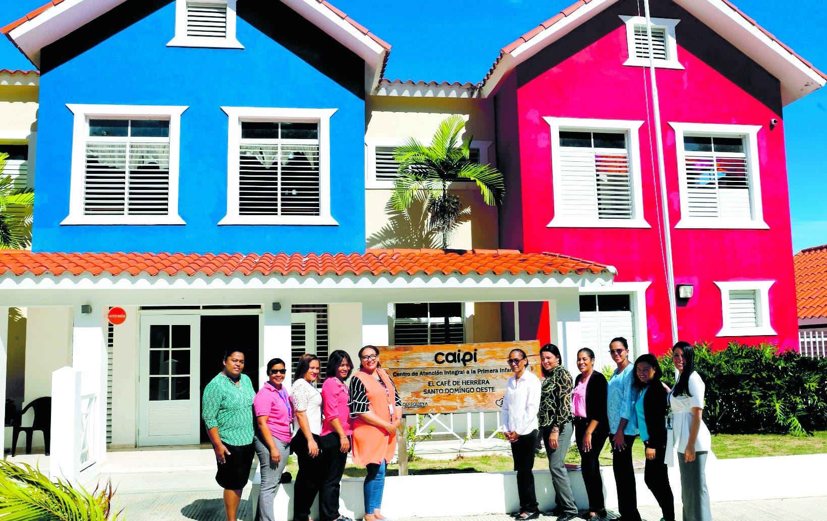 Centro de Atención Integral de la Primera Infancia del Café de Herrera y  personal que  dirige  la estancia. Manuel Castro