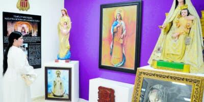 Una integrante de la familia mercedaria   observa parte de las obras de la exposición inédita en la Casa San Pablo.   José de León