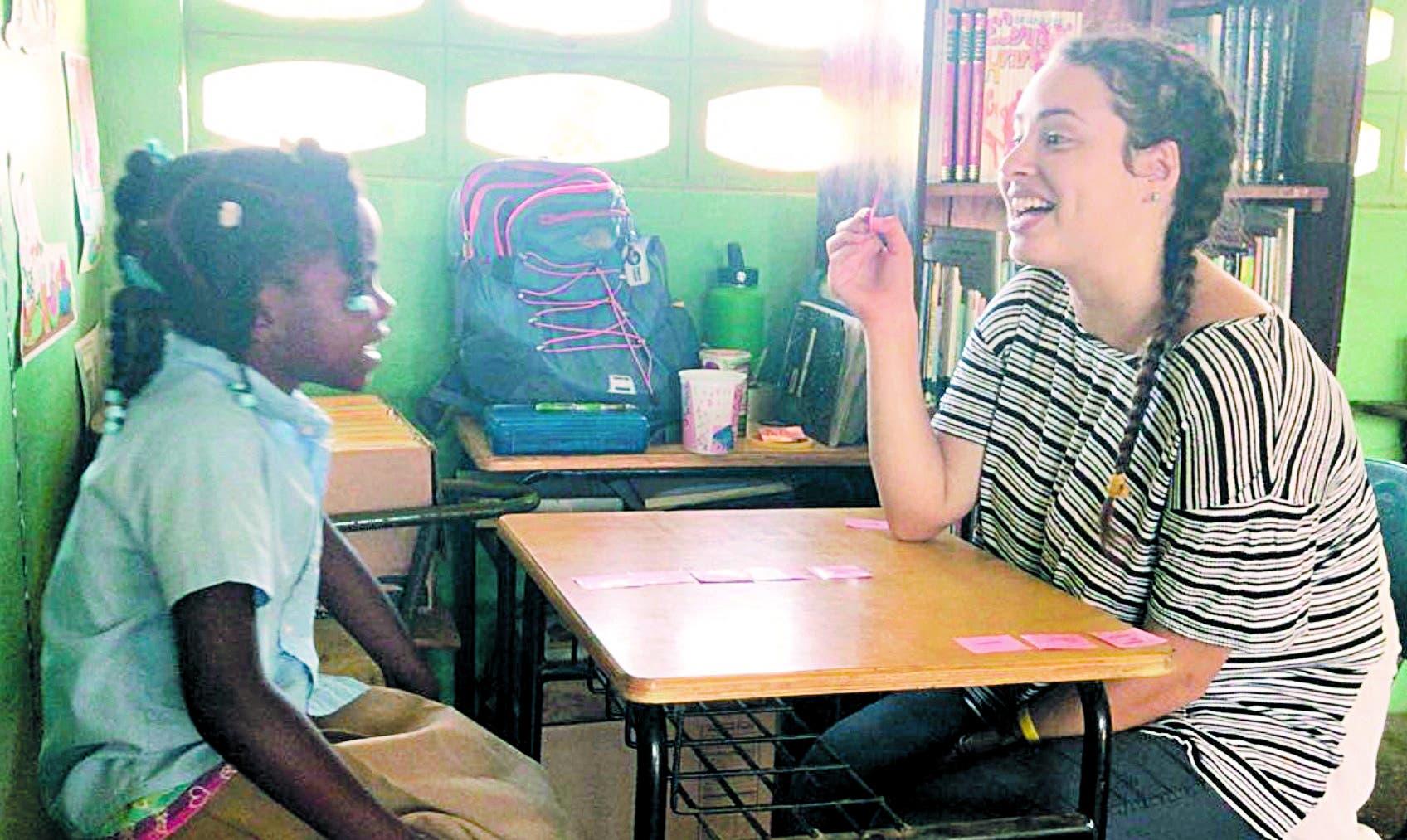 Una de las  voluntarias  mientras alfabetiza a una niña en una de las comunidades .  Fuente externa