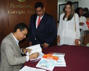 Cristian Hernández firmó libros a los asistentes.