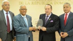 Hugo Álvarez Pérez;  Pedro Ortiz y Carlos Tejada, entregan la placa de reconocimiento a Rafael Pérez Modesto.