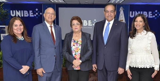 Grace Cochón, Gustavo Batista, Alejandrina Germán, Julio Amado Castaños y Odile Camilo.
