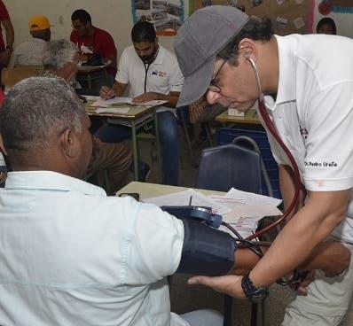 Pedro Ureña chequea paciente.